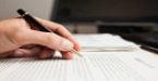 Mão escreve redação