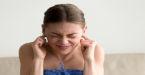Mulher tapa os ouvidos