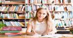 Estudante escreve