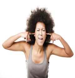 Moça protege os ouvidos