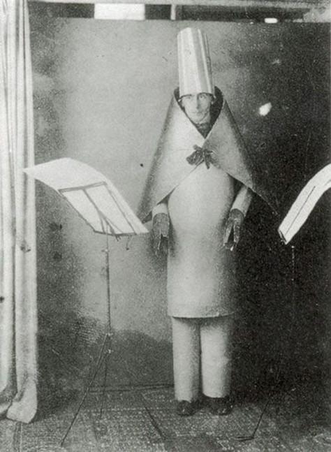Hugo Ball em performance no Cabaré Voltaire, onde declamava seus poemas fonéticos, 1916.