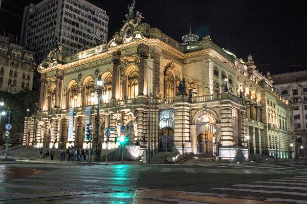 O Theatro Municipal de São Paulo sediou a Semana de Arte Moderna de 1922. [1]