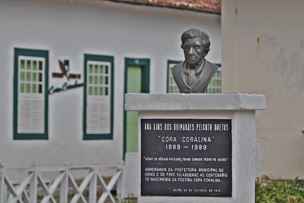 Monumento em homenagem à poetisa Cora Coralina, em frente ao museu Casa de Cora Coralina. [1]