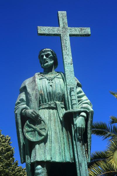 Estátua de Pedro Álvares Cabral, o descobridor do Brasil, acompanhado dos dois símbolos máximos da conquista: a cruz e a espada.