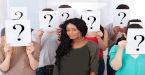 Grupo de alunos seguram ponto de interrogação