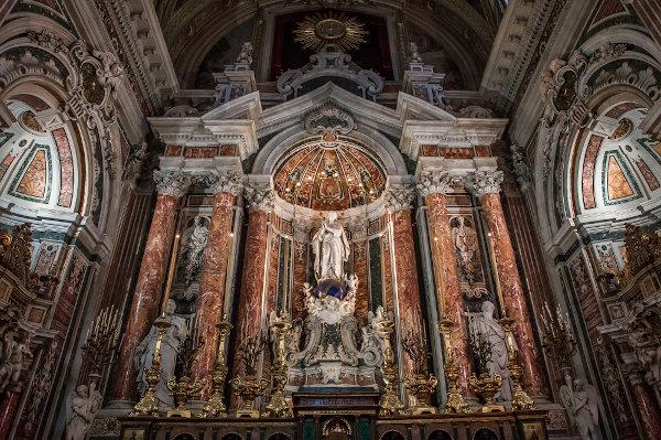 Interior de uma igreja barroca de 1601, situada em Nápoles, na Itália. [1]