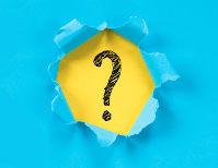 Fundo azul com círculo amarelo com interrogação em preto