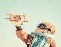 Menino segura avião de brinquedo