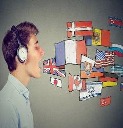 Homem com fone nos ouvidos e bandeiras de vários países