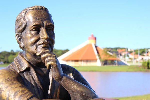 Estátua em homenagem a Jorge Amado na cidade de Toledo (PR). [1]