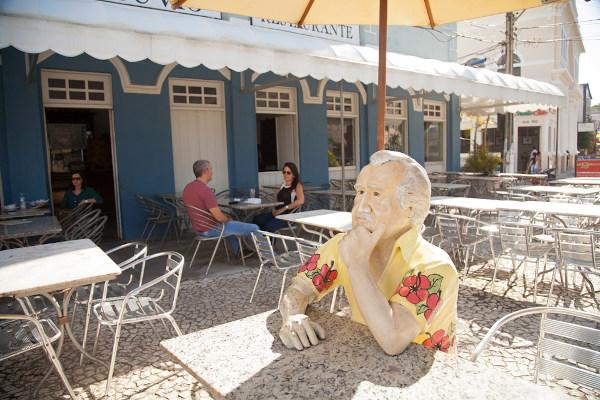 Estátua de Jorge Amado no Bar Vesúvio, em Ilhéus (BA). O bar é mencionado no romance Gabriela, cravo e canela. [2]