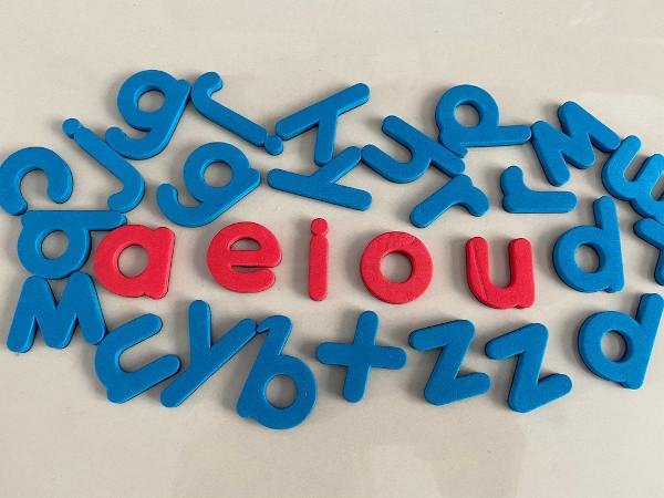 As vogais são responsáveis pela assonância, mas as consoantes produzem a aliteração.