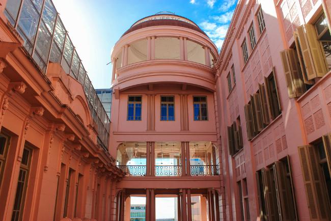 O hotel em que Mario Quintana viveu, em Porto Alegre, foi transformado em Casa de Cultura Mario Quintana. [1]