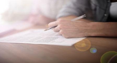 jovem escreve com caneta preta