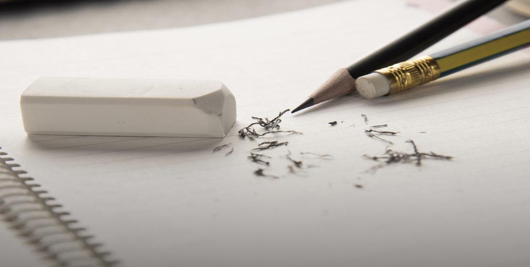 caderno com lápis e borracha