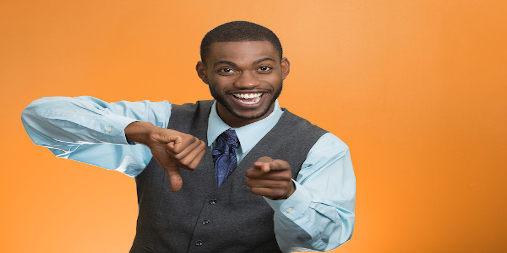 Homem sorri e aponta o dedo
