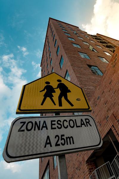As placas de trânsito são um tipo de gênero e podem mesclar o uso de linguagem verbal e não verbal.