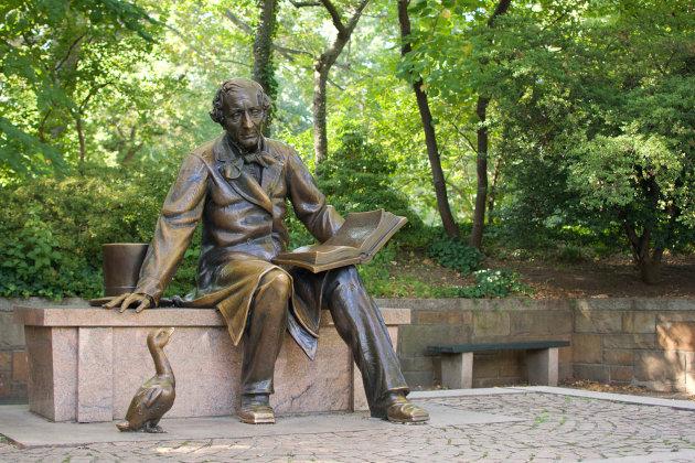 Estátua de bronze de Hans Christian Andersen localizada no Central Park, em Nova York. [1]