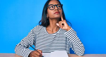 Mulher pensando para escrever