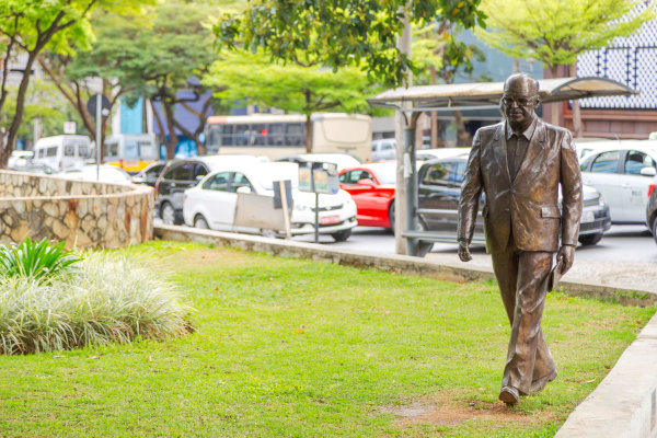 Estátua de Murilo Rubião, obra de Leo Santana.[1]
