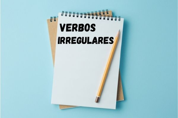 Os verbos irregulares não seguem o mesmo padrão de conjugação como é observado nos verbos regulares.