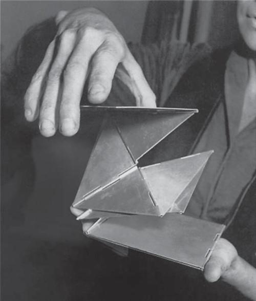 """Escultura """"Bicho de bolso"""", de Lygia Clark."""