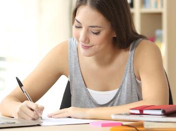 Jovem escrevendo