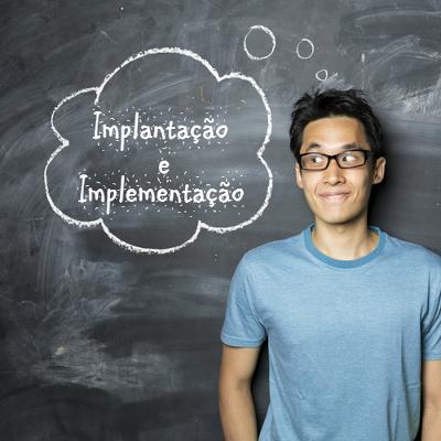 As duas formas, implantação e implementação, estão corretas e devem ser utilizadas em diferentes contextos