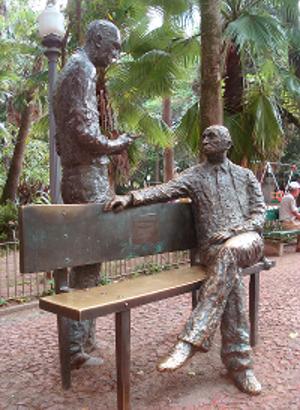Na Praça da Alfândega, Centro Histórico de Porto Alegre, Drummond e Quintana foram eternizados em bronze, na obra do artista Francisco Stockinger **