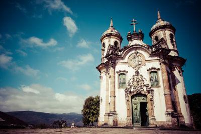 Igreja de São Francisco de Assis em Ouro Preto, Minas Gerais. O frontão da igreja é obra de Aleijadinho
