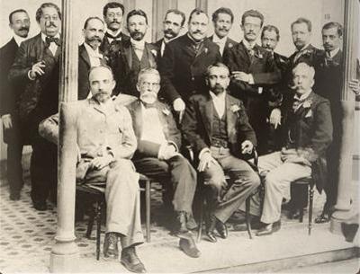 Olavo Bilac (em pé, o quarto da esquerda para a direita) entre os membros-fundadores da Academia Brasileira de Letras