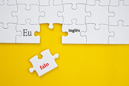 Os verbos possuem flexões especificas que se relacionam com os participantes e os acontecimentos do ato de fala