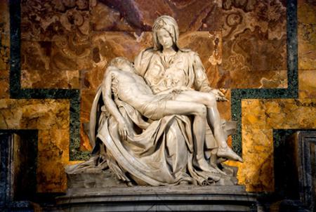 É possível perceber a poesia na imagem de Jesus morto nos braços da Virgem Maria. A Pietà é uma das mais famosas esculturas de Michelangelo