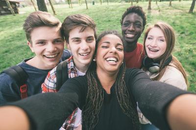 Com origem na língua inglesa, a palavra selfie é uma redução da palavra self-portrait, que significa autorretrato