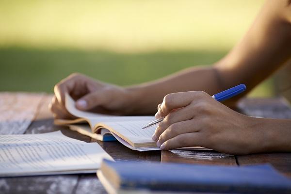 Ter o hábito da leitura é o primeiro passo para quem quer escrever bem, sobretudo para quem quer escrever uma boa dissertação